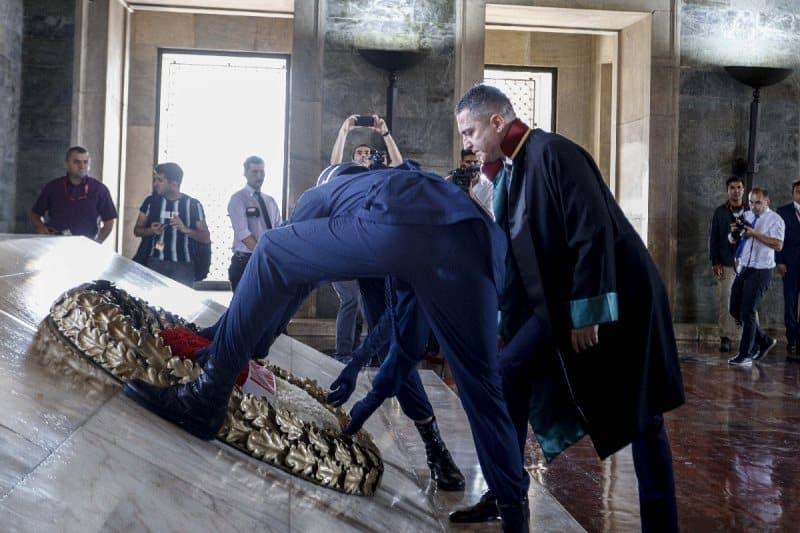 Saray'da Adli Yıl Açılışı'nı reddeden barolar Anıtkabir'i ziyaret etti