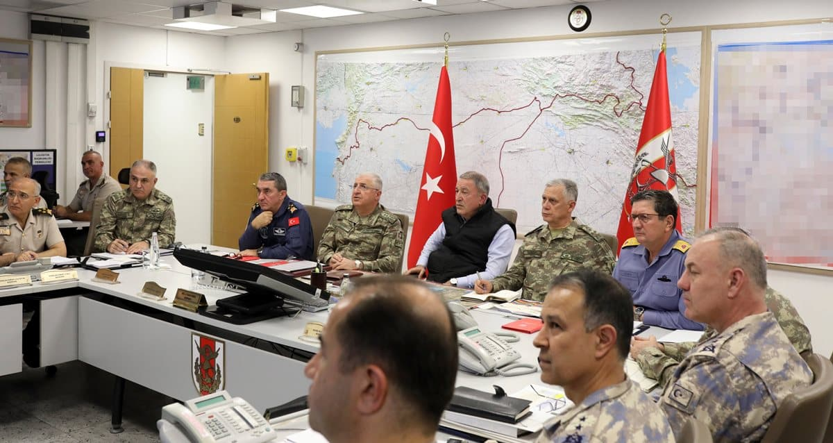 Bakan Akar beraberinde Gnkur. Bşk. Org. Güler ve Kuvvet Komutanları ile Barış Pınarı Harekâtı'nı Silahlı Kuvvetler Komuta ve Harekât Merkezi'nden sevk ve idare ediyor.