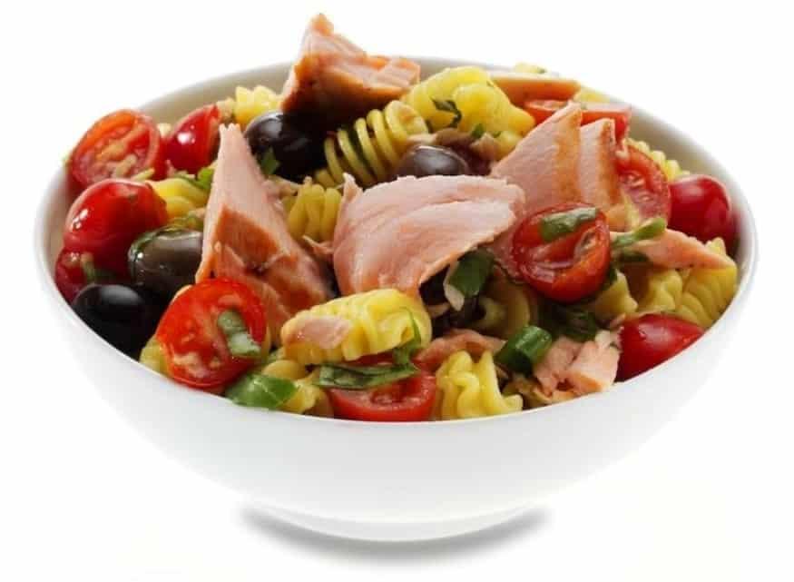 Somon ve Renkli Sebzeli Makarna Salatası