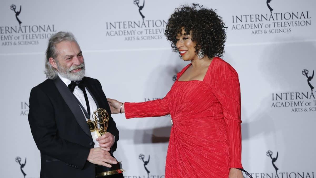 Haluk Bilginer, Şahsiyet dizisindeki rolü ile Uluslararası Emmy Ödülleri'nde en iyi erkek oyuncu seçildi