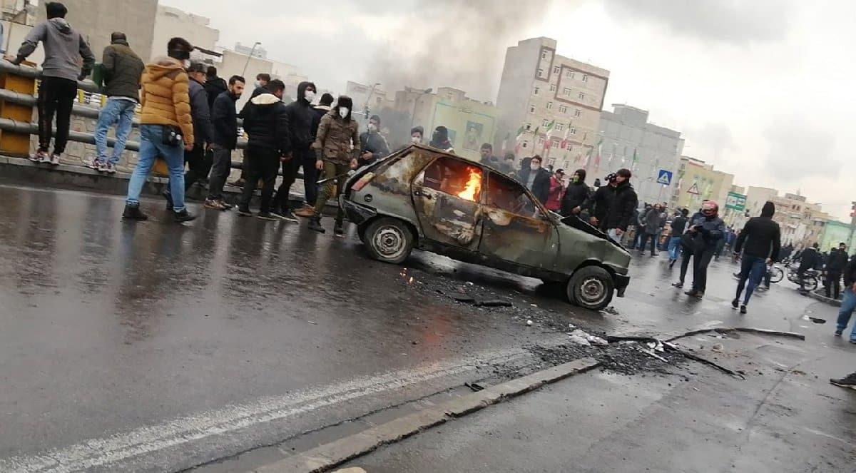 İran benzin 75 kuruşa çıktı; halk sokaklara döküldü!