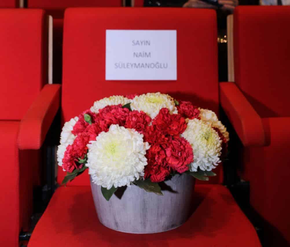 Gala Gecesinde, Naim Süleymanoğlu anısına boş bırakılan ve çiçeklerle donatılan koltuk duygusal anlar yaşattı.