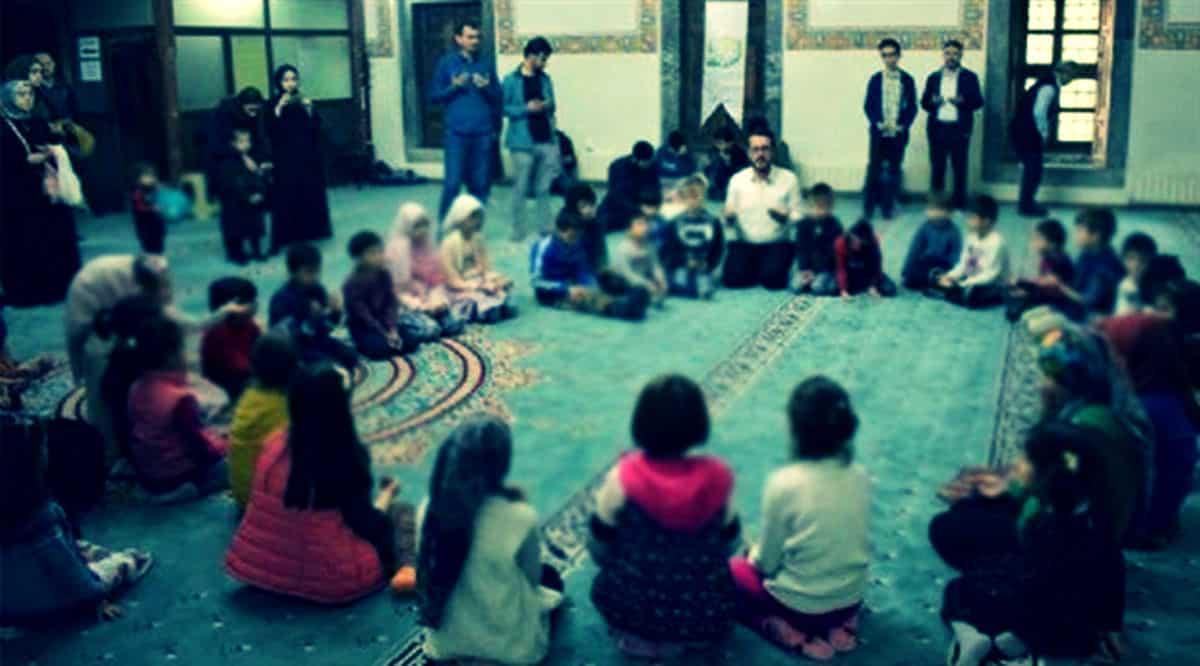 İHH Vakfı ilkokul çocuklarına camide din eğitimi
