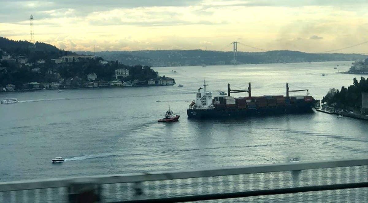 İstanbul Boğazı bir kargo gemisi kıyıya çarptı