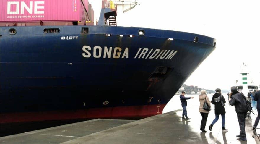 İstanbul Boğazı'nda bir kargo gemisi kıyıya çarptı