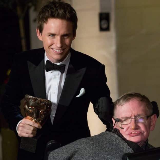 Hawking'i beyaz perde de Her Şeyin Teorisi filmindeki rolüyle Eddie Redmayne oynadı.