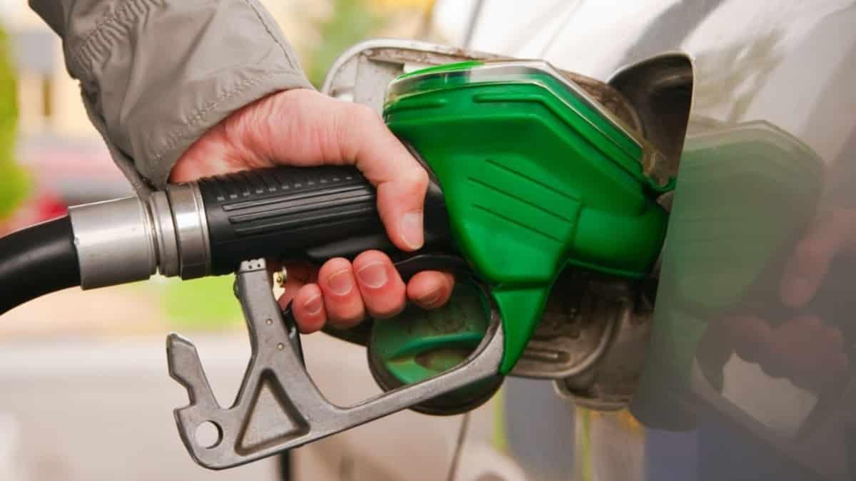 Benzin ve motorin fiyatlarında indirim: 5 liranın altına düşecek!