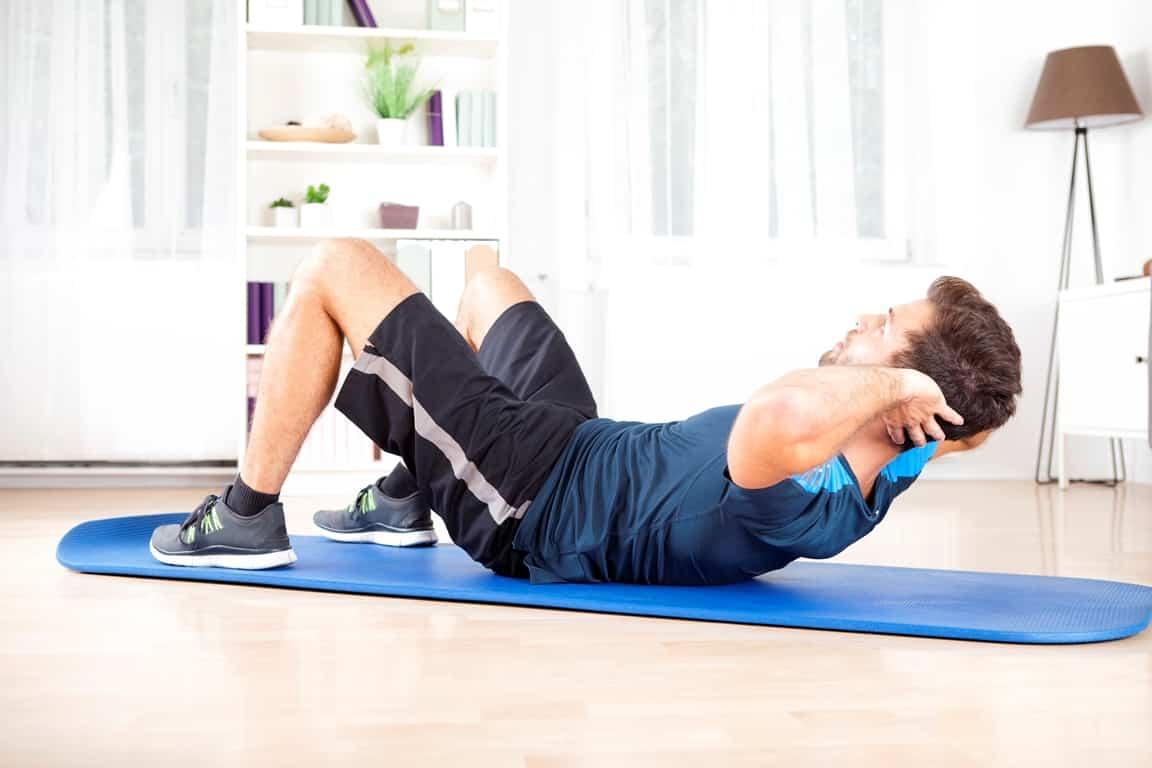 Elleri ve dizleri dengede tutan crunch egzersizi