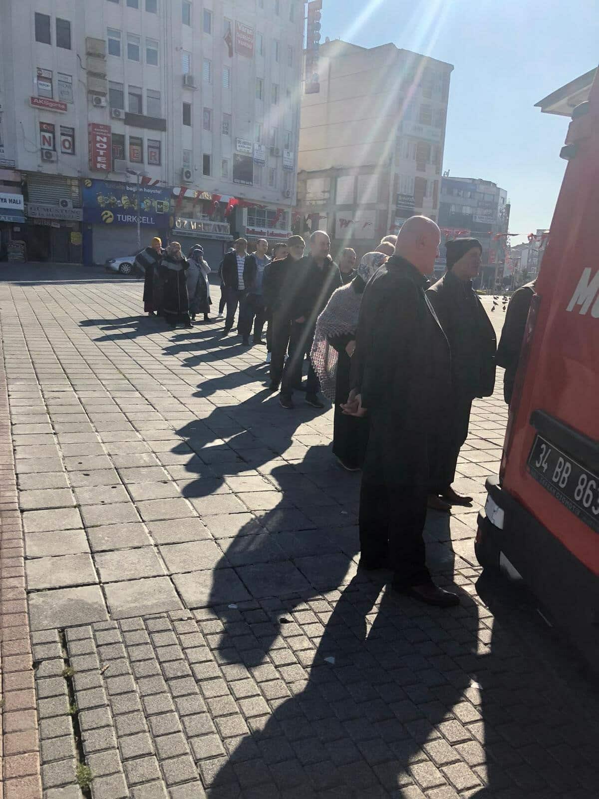 Mobil büfe önünde vatandaşlar tek sıra oluşturdu. Benzer bir manzaraŞirinevler Meydanı'nda oluştu.