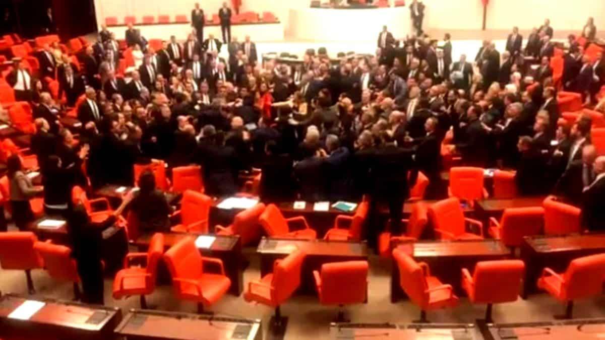Milletvekilleri Meclis te yumruk yumruğa birbirine girdi