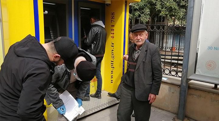 PTT sırasındaki 77 yaşındaki Ali Öztopaç'tan gazetecilere: Beni yakışıklı çekin