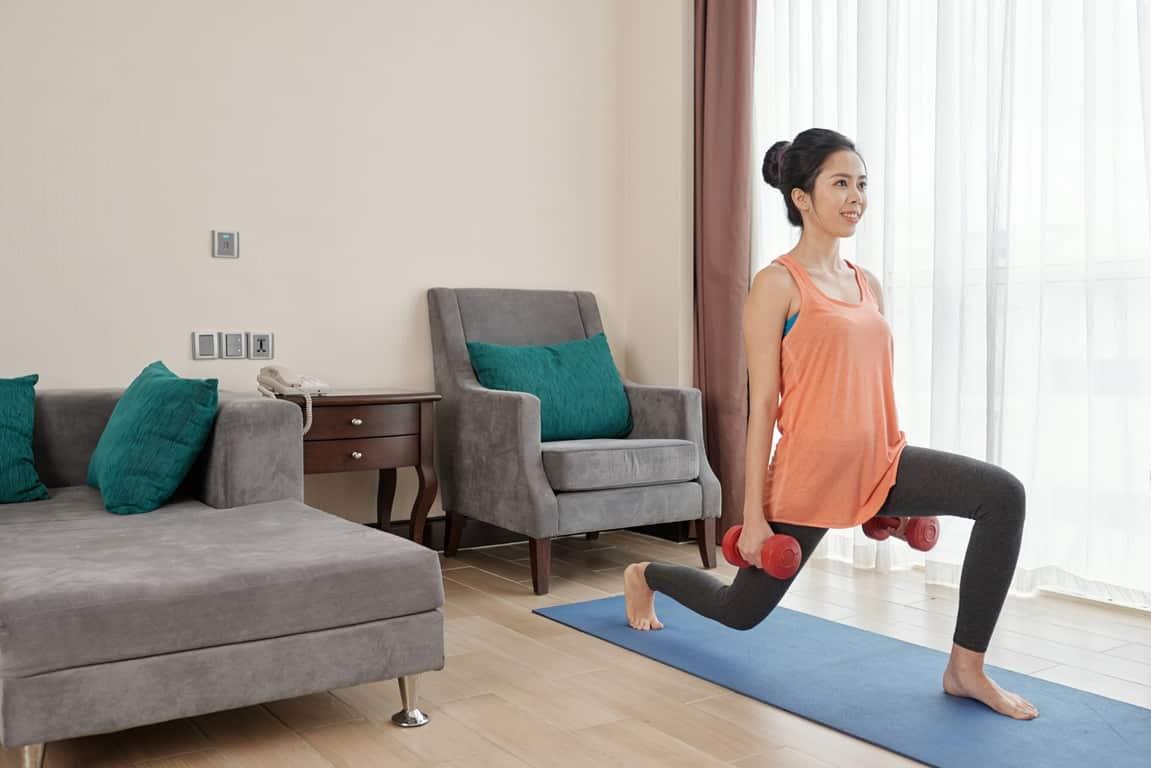 Dizleri kaldırarak ters lunge egzersiz