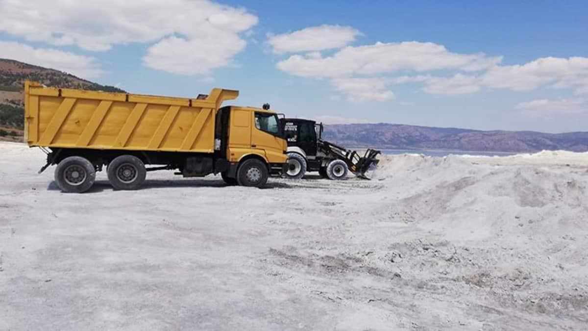 Corona dinlemediler, kamyonlarla iş makineleriyle Salda Gölüne girdiler!