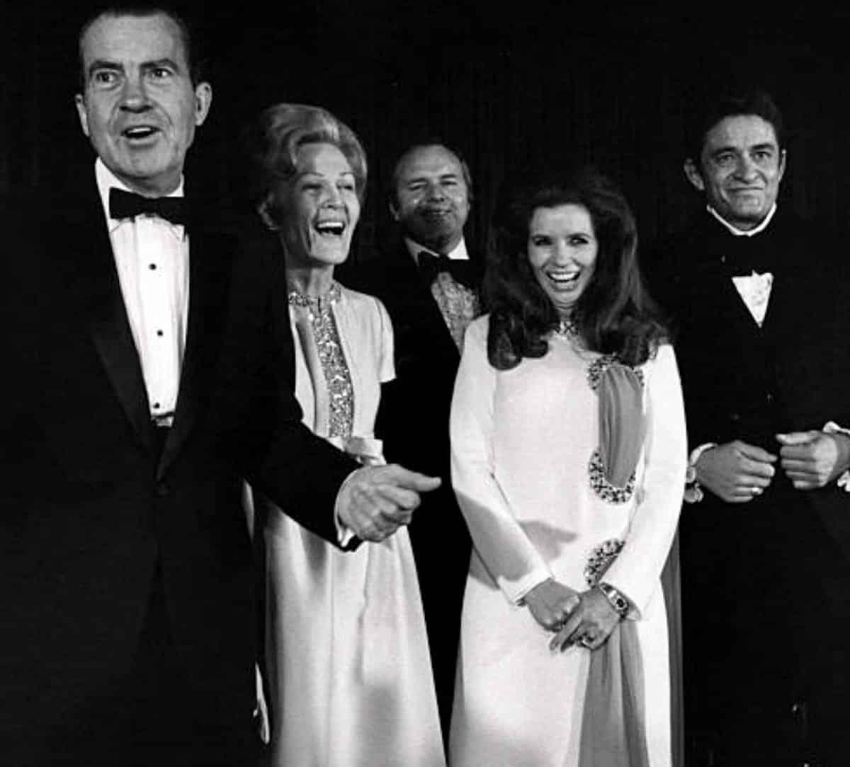 Beyaz Saray konseri öncesi, Richard Nixon ve Johnny Cash eşleriyle poz veriyor.