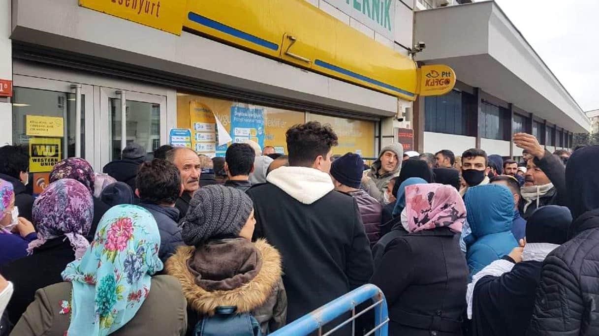 Ekonomik kriz sosyal mesafe tanımadı: PTT önünde sosyal yardım kuyruğu!