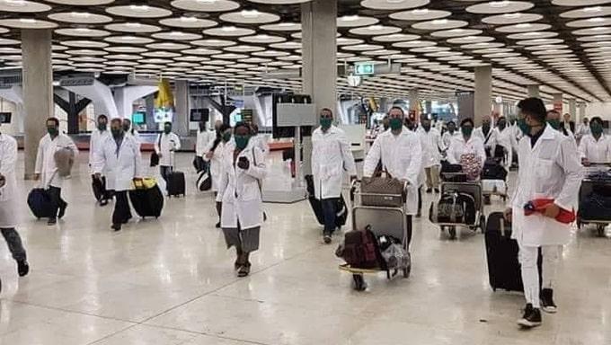 Küba'dan doktorlar ve hemşireler İspanya'ya yardım için Madrid'e ulaştı.