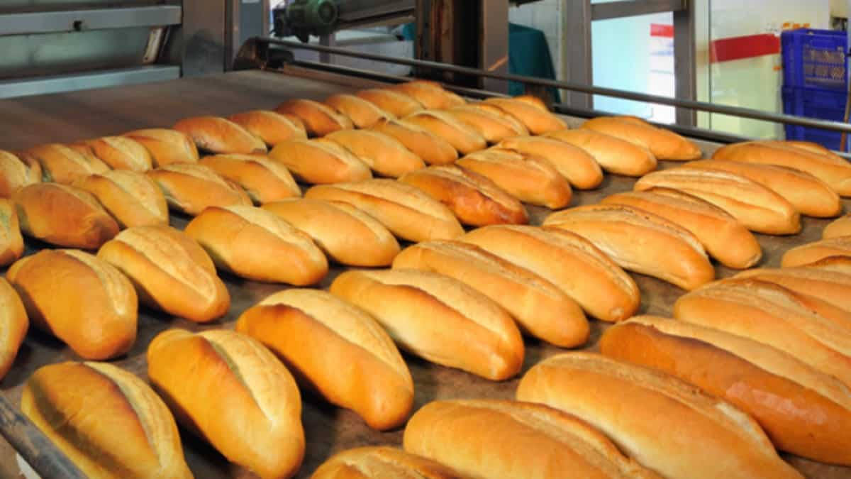 Mersin Büyükşehir Belediyesi ücretsiz ekmek dağıtması yasaklandı