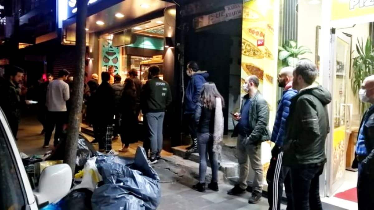 Sokağa çıkma yasağını duyan vatandaşlar market ve fırınların önüne akın etti