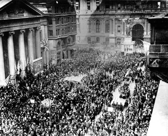 I. Dünya Savaşı sonrası ateşkes günü kutlamaları için toplanan kalabalık (Philadelphia - Broad Caddesi)