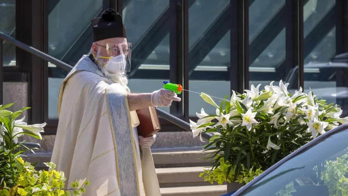 ABD de papaz, sosyal mesafeyi korumak için insanları su tabancasıyla kutsadı