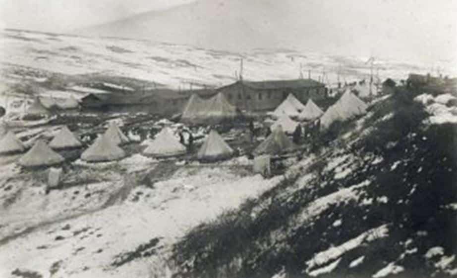 Görsel. Balkan Savaşı yıllarında, Kızılay'ın Hadımköy'deki hastanesinden bir fotoğraf. Kolera hastalarının tutulduğu çadırlar görülmektedir.