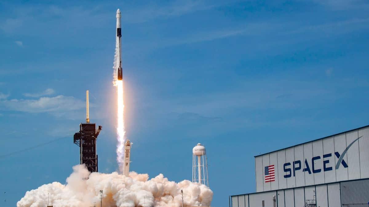 Tarihte ilk kez özel bir şirket (SpaceX) uzaya insan gönderdi