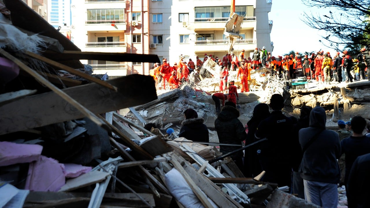 izmir depreminde müteahhit gözaltı